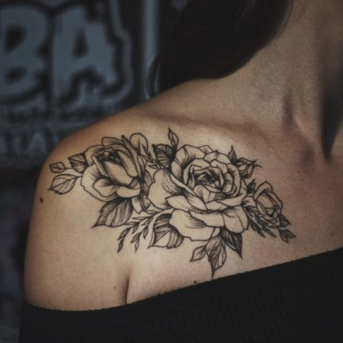 קעקוע של פרחים על הכתף