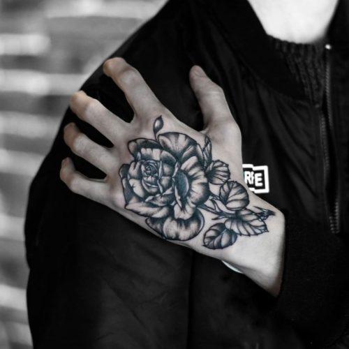 קעקוע של ורד על היד