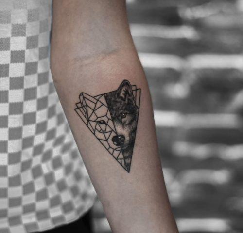 קעקוע של זאב עם גאומטריה